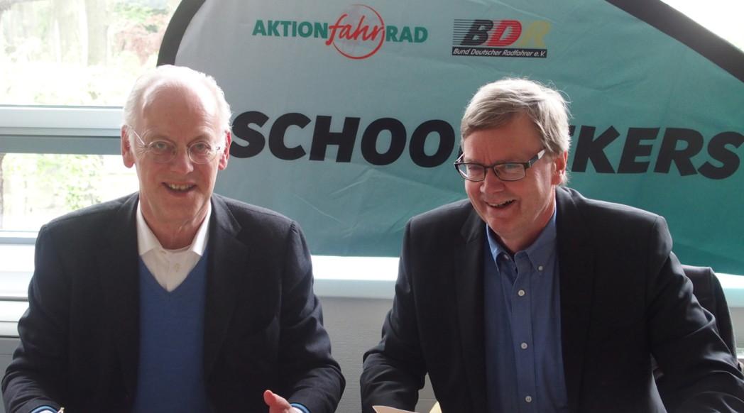 BDR-Präsident Scharping und AFR-Beiratsvorsitzender Fillies unterzeichnen den Kooperationsvertrag